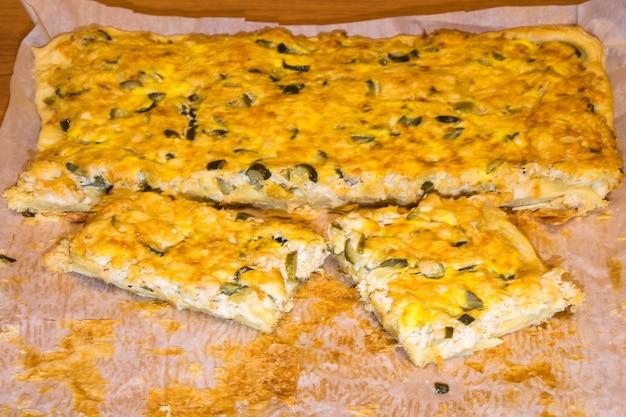 Pizza au poulet et cornichons sur un papier blanc. nourriture faite maison. part de pizza.
