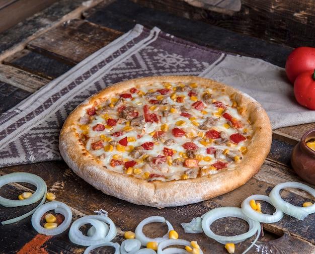 Pizza au poulet avec divers ingrédients