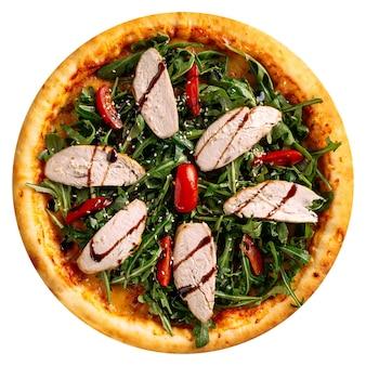 Pizza au poulet et roquette isolé sur fond blanc