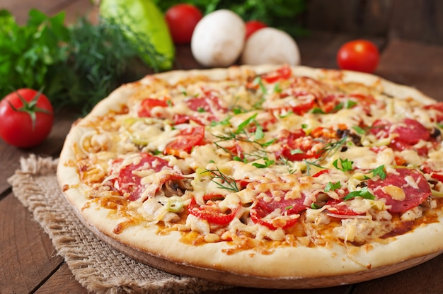 Pizza au salami, tomates et champignons