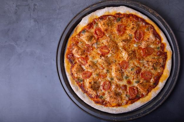 Pizza au saumon, tomates et câpres