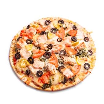 Pizza au saumon, tomates et olives. isolé sur blanc