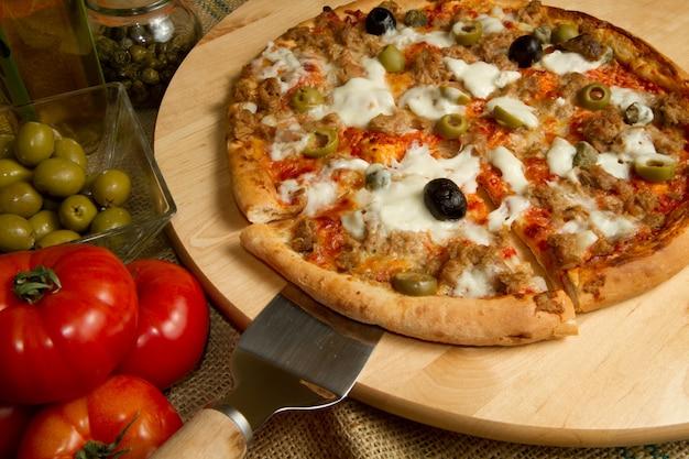 Pizza au thon et aux olives
