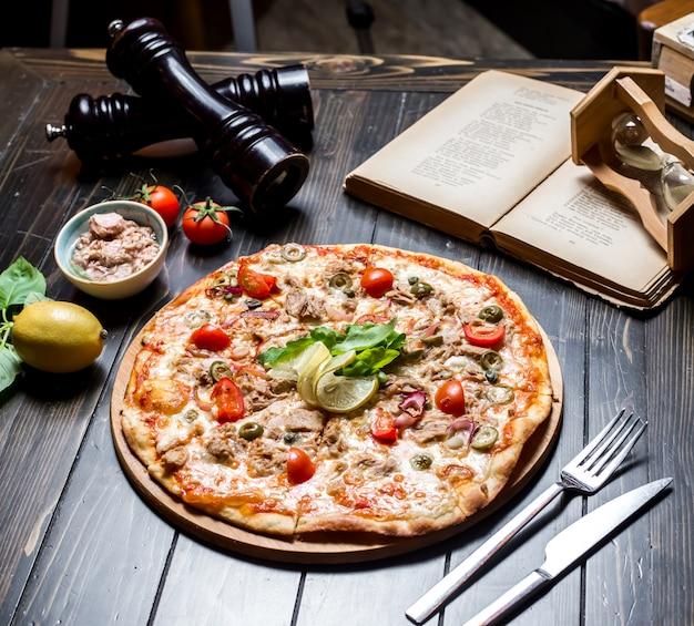 Pizza au thon, câpres, câpres, fromage, oignons, vue latérale
