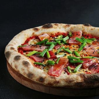 Pizza au thon sur fond sombre