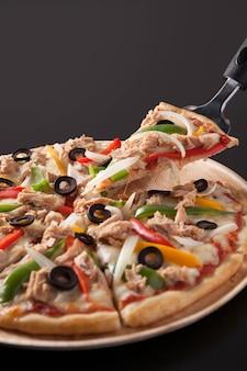 Pizza au thon isolée sur fond noir