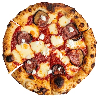 Pizza aux aubergines au pepperoni isolé