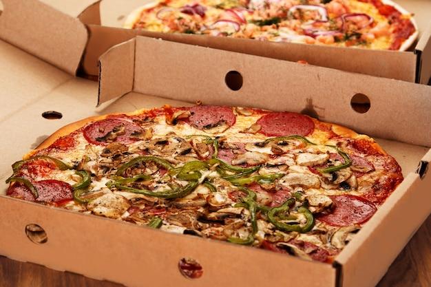 Pizza aux champignons et pepperoni