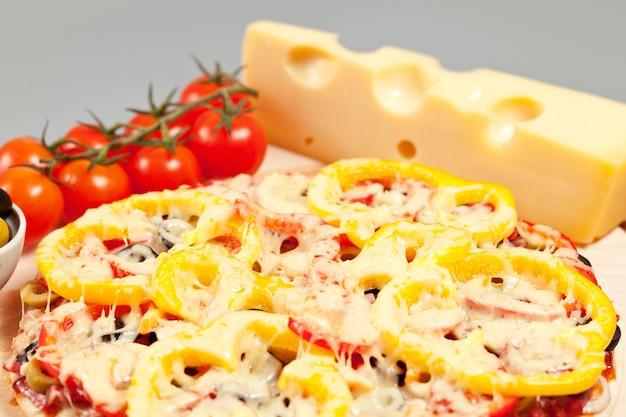 Pizza aux champignons, saucisses et olives
