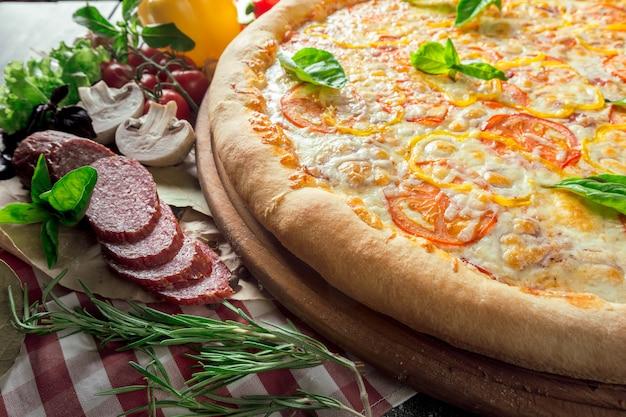 Pizza aux champignons, saucisses