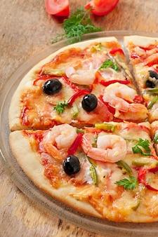 Pizza aux crevettes, olives salmonnd