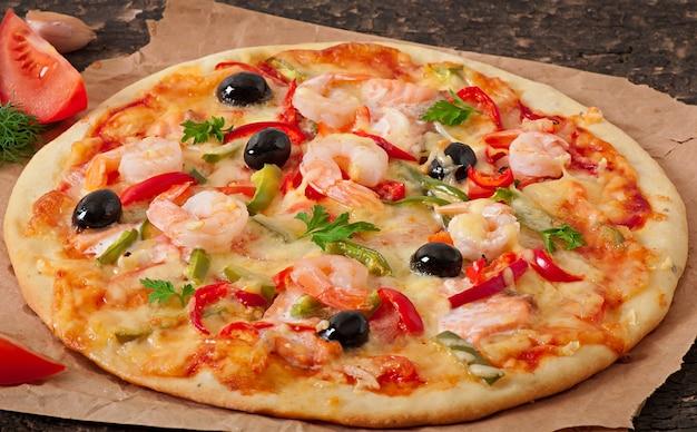 Pizza aux crevettes, saumon et olives