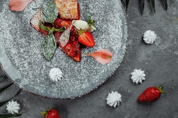 Pizza aux fruits grillés avec des fraises fraîches. meilleur dessert d'été.