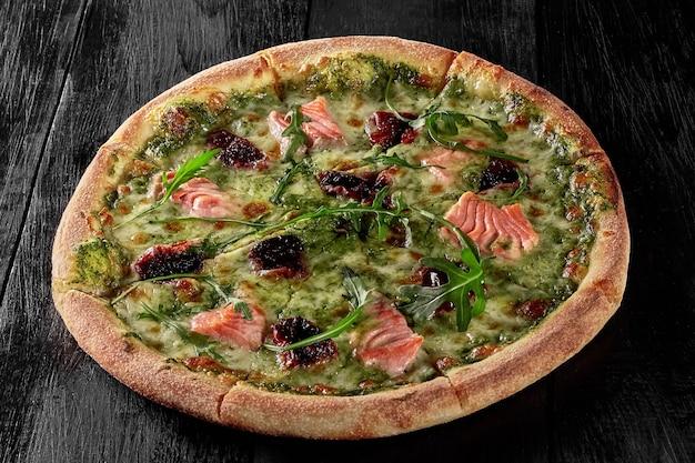 Pizza aux fruits de mer au saumon sur sauce crème et roquette