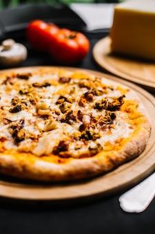 Pizza aux fruits de mer avec calamars aux crevettes et aux calmars et fromage