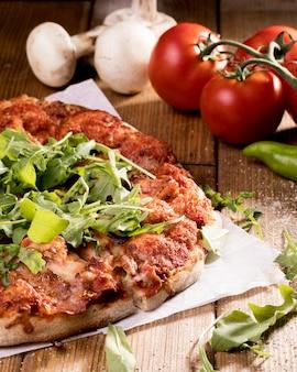Pizza aux légumes sur le bureau