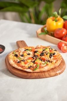 Pizza aux légumes isolée