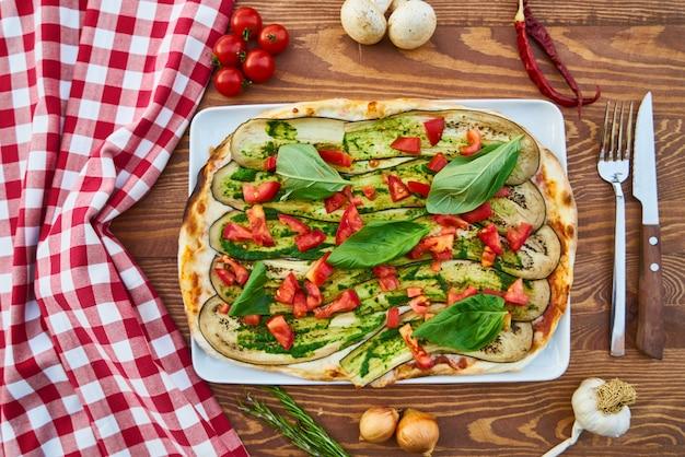 Pizza aux légumes sur la table en bois