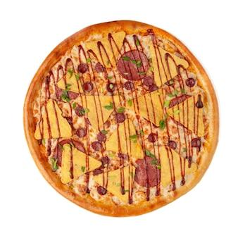 Pizza aux nachos chips de maïs, cervelat et saucisses de chasse. habillé de sauce barbecue. vue d'en-haut. fond blanc. isolé.