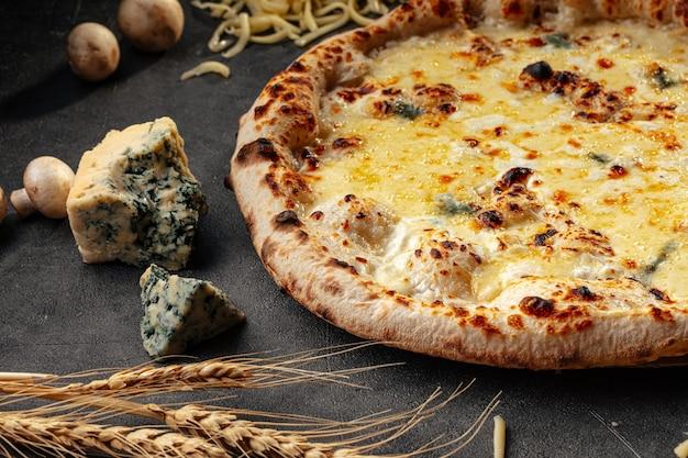 Pizza aux quatre fromages sur fond décoré