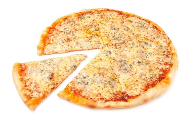Pizza aux quatre fromages. mozzarella, gouda, parmesan et dor blue. un morceau est coupé de la pizza. fond blanc. isolé. fermer.