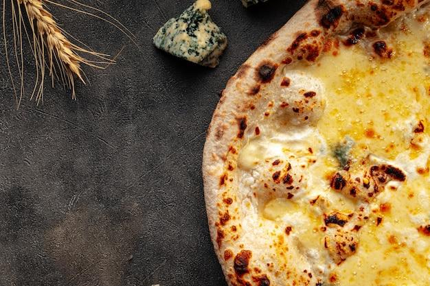 Pizza aux quatre fromages néopolitaine sur fond décoré