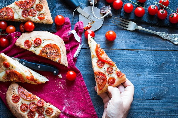 Pizza aux tomates faites à la main