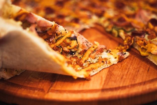Pizza bavaroise, sur plateau rond sur table en bois