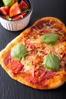 Pizza bio maison avec tomates, basilic et jambon avec espace copie