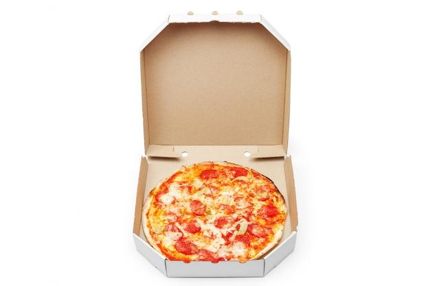 Pizza en boîte isolée