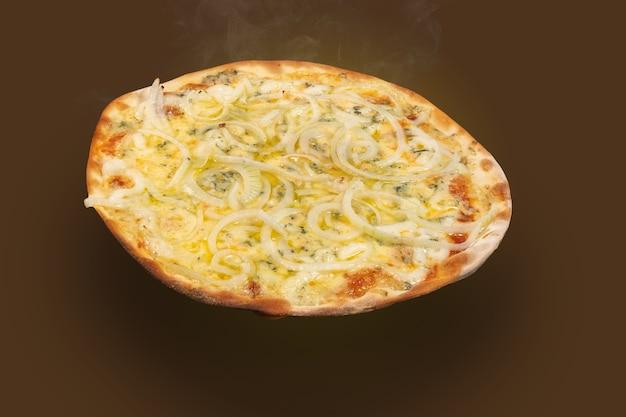 Pizza brésilienne 4 fromages et oignons sur une pelle en bois, vue de dessus