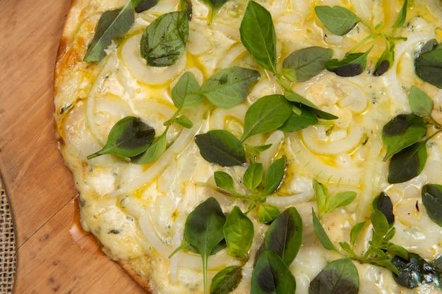Pizza brésilienne au fromage, mozzarella et basilic, vue de dessus