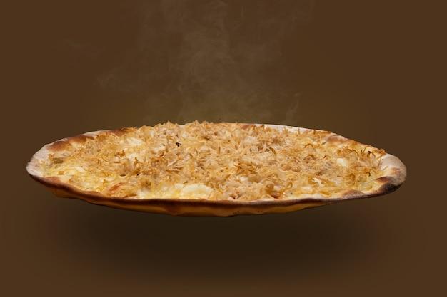 Pizza brésilienne au poulet râpé avec fromage à la crème, vue latérale
