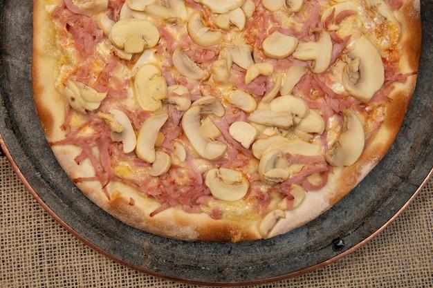 Pizza brésilienne aux champignons, au fromage et au jambon, vue de dessus