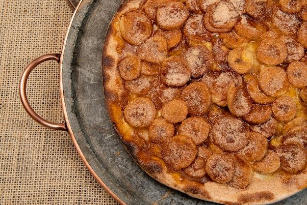 Pizza brésilienne douce avec banane, cannelle et sucre, vue de dessus