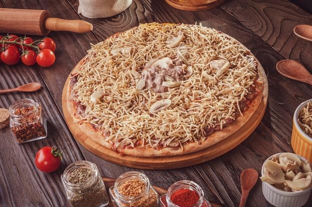 Pizza brésilienne avec mozzarella, bœuf stroganoff et bâtonnets de pommes de terre (pizza de strogonoff de carne)