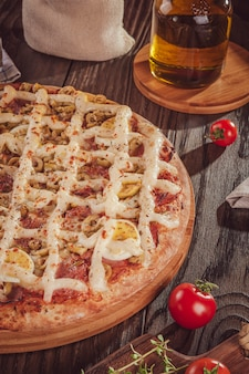 Pizza brésilienne avec mozzarella, saucisse calabrais, œufs, catupiry, olive et origan (pizza especial de calabresa)