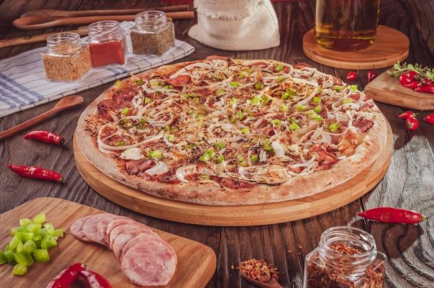 Pizza brésilienne avec mozzarella, saucisse calabrais, poivron vert, oignon et piment calabrais (pizza de calabresa picante)