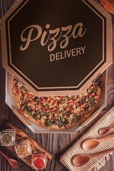 Pizza brésilienne à la sauce tomate, mozzarella, endives, bacon et origan dans une boîte de livraison (pizza de escarola com bacon) - vue de dessus.