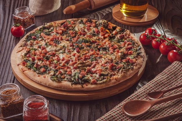 Pizza brésilienne avec sauce tomate, mozzarella, endives, bacon et origan (pizza de escarola com bacon)