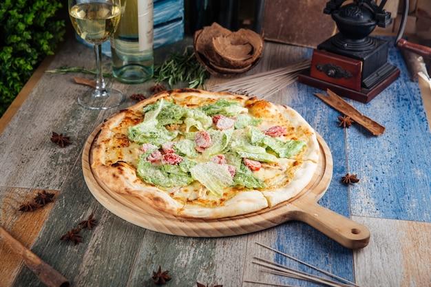 Pizza césar appétissante aux tomates et laitue