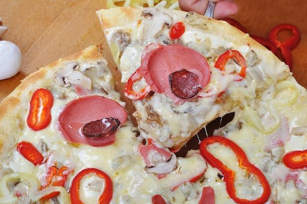 Une pizza chaude et délicieuse avec du fromage chaud et pétillant