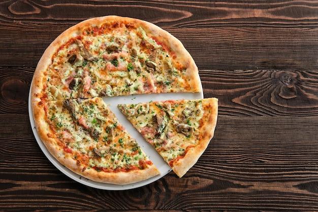 Pizza à croûte épaisse au jambon, à la citrouille et aux pleurotes