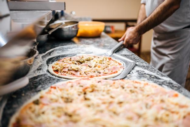 Pizza crue prête à être cuite.