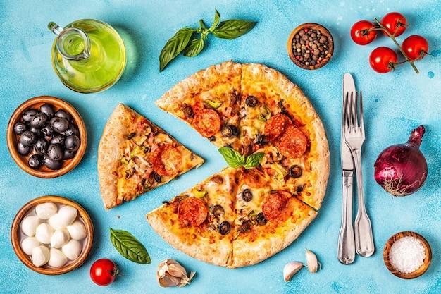 Pizza cuite avec divers ingrédients