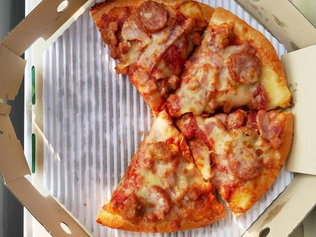 Pizza dans une boîte à pizza