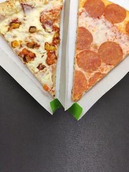 Pizza dans un emballage triangulaire