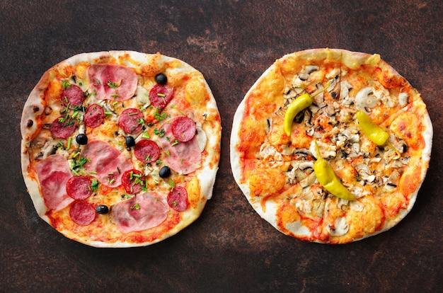Pizza faite maison. vue de dessus avec espace de copie sur une table en pierre sombre