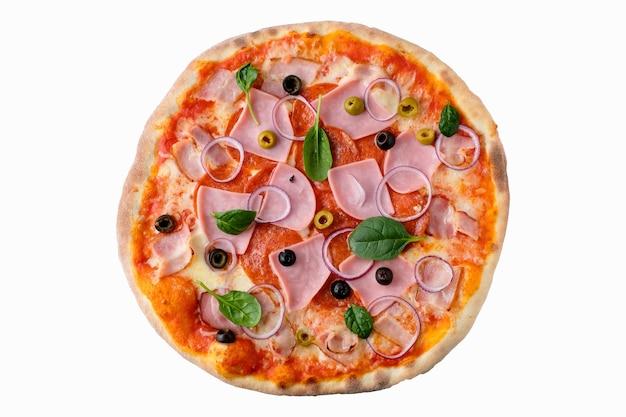 Pizza sur fond blanc isolé au-dessus de la vue. délicieuse vue de dessus de pizza maison.