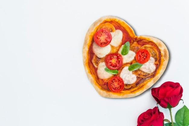 Pizza avec forme de coeur pour la saint-valentin